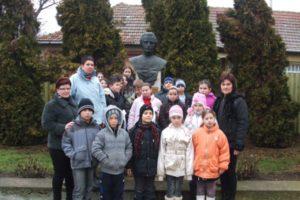 Eminescu-szobor-koszoruzas-2013-013-600x400